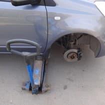 замена пробитого колеса на запасное