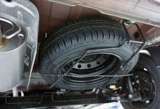 Запаска или докатка снизу под машиной