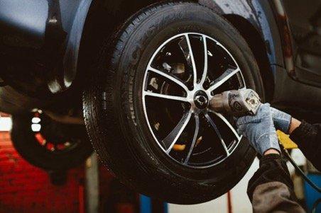Процесс балансировки колеса