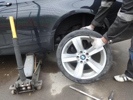 шиномонтаж с выездом меняет шины на одинаковые