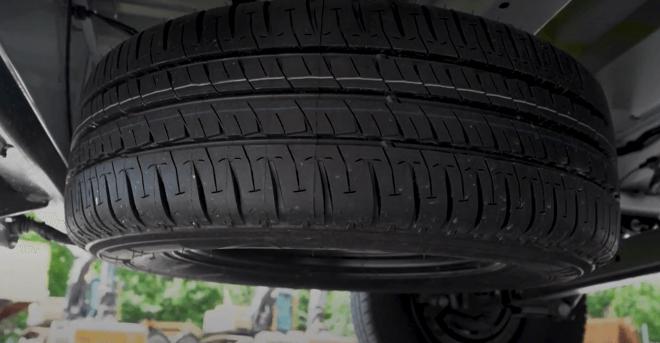 неудобное размещение запасного колеса под автомобилем