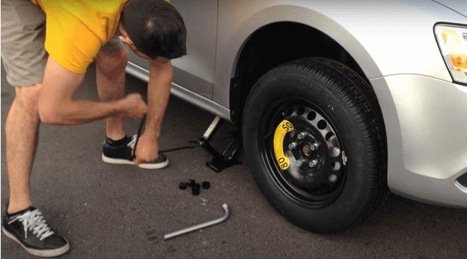 самостоятельная замена запаски на легковом автомобиле