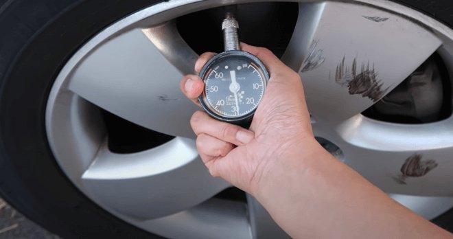 проверка давления в колесе с помощью ручного манометра