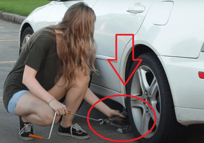 замена спущенного колеса на запаску с помощью домкрата